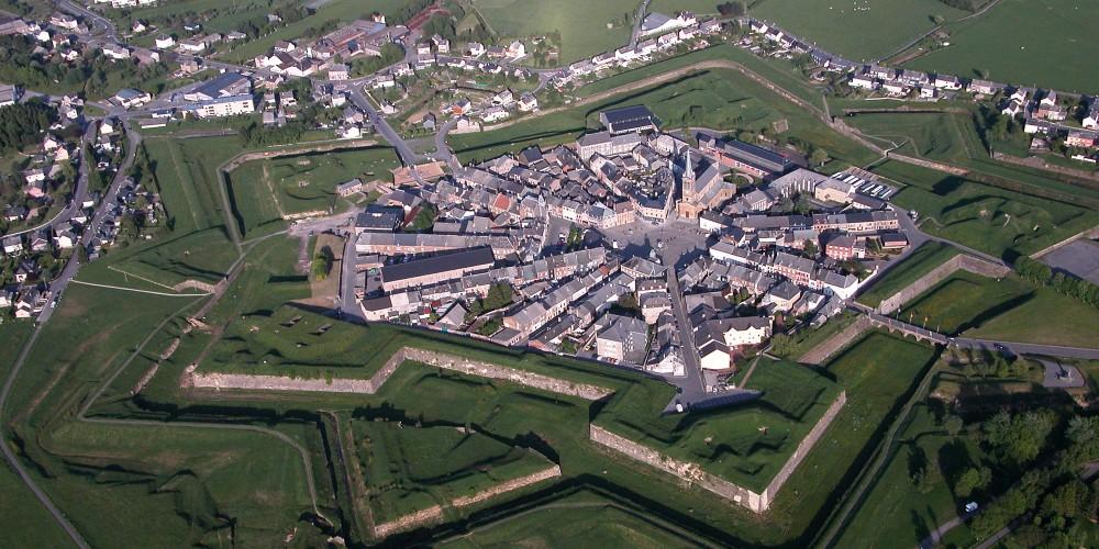 vue aérienne de la ville de Rocroy